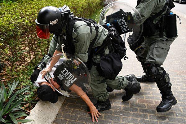 10月13日,太古廣場外,警方抓捕抗議者。(MOHD RASFAN/AFP via Getty Images)