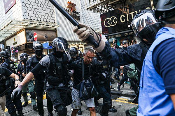 10月13日,旺角的防暴警察。(DALE DE LA REY/AFP via Getty Images)