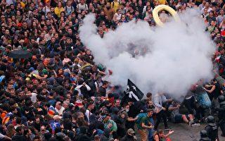 巴塞罗那爆警民冲突致70伤 逾百航班取消