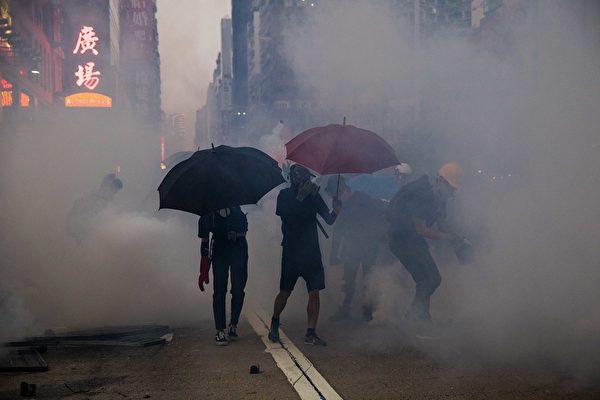 10月20日,防暴警察在旺角发射催泪弹。(DALE DE LA REY/AFP via Getty Images)