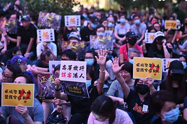 2019年10月26日,香港民众在遮打花园举行医护人员集会,反警暴力。(PHILIP FONG/AFP via Getty Images)