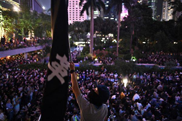 2019年10月26日,香港民众在遮打花园举行医护人员集会,反警暴力。(PHILIP FONG/AFP via Getty Images))