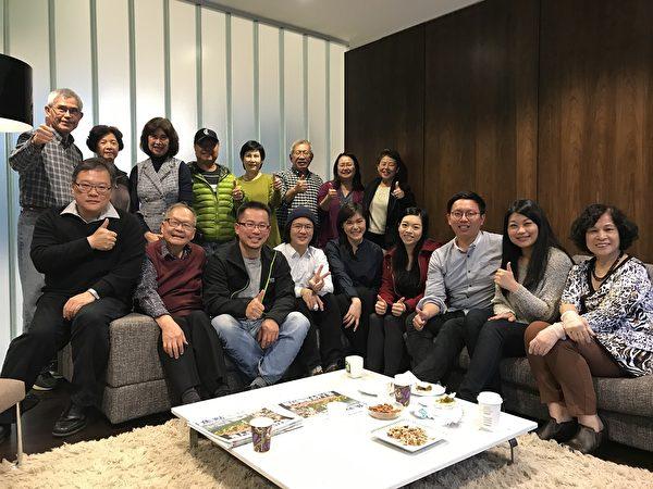 圖:大溫哥華台灣僑界聯合會舉辦研討會,邀請年輕人暢談時局世事,傾聽他們的想法與建議。圖為部分與會者合影。(邱晨/大紀元)