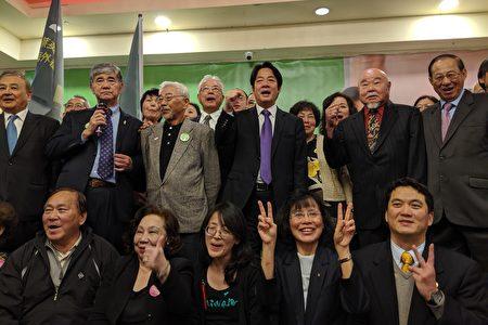 """前行政院长赖清德与支持民众高喊""""2020台湾要赢,总统连任,国会过半""""。"""