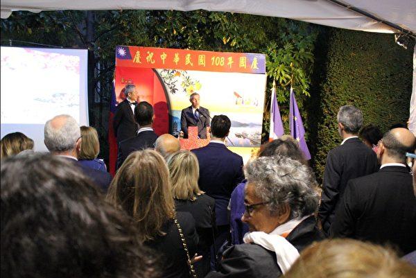 法國國民議會友臺小組主席塞沙里尼代表與會貴賓致詞。(駐法國臺北代表處提供)