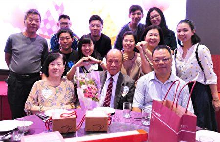 王水蒼和王何芙蓉20歲結婚至今60年,兩人從年輕到老共同打拼,為家庭付出,夫妻生活美滿幸福。