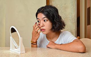戴隱形眼鏡傷眼 調查:93%人忽略了一個問題