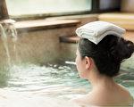 睡前用一定温度的水泡澡,有很好的助眠效果。(Shutterstock)