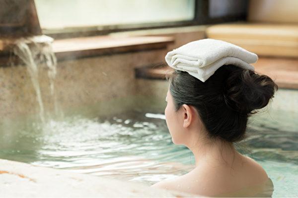 睡前用一定溫度的水泡澡,有很好的助眠效果。(Shutterstock)