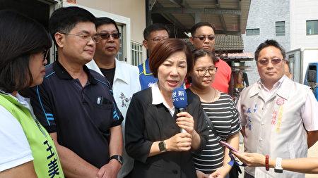 副市長陳淑慧代表市長黃敏惠前往慰問,苦主翁先生(左2)及翁太太(右2)在場。