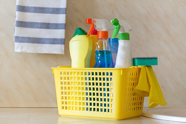 面对流感、诺罗病毒等传染病病毒,用含氯漂白水消毒最实惠又有效。(Shutterstock)