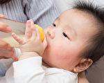 哺乳过程中出现的胀奶、疼痛、甚至乳腺感染等问题,让5成3的妈咪选择中断哺乳。(Shutterstock)