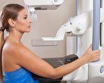 """对于能够早期发现癌细胞的乳癌筛检""""乳房X光摄影检查""""是否有益,长期存在着争论。(Shutterstock)"""