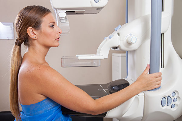 """對于能夠早期發現癌細胞的乳癌篩檢""""乳房X光攝影檢查""""是否有益,長期存在著爭論。(Shutterstock)"""