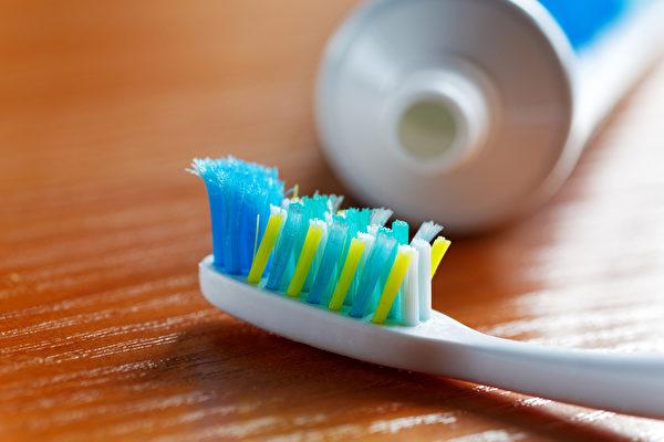 除了每天刷牙次數、時間、方法要對之外,還應該搭配輔助工具潔牙。(Shutterstock)