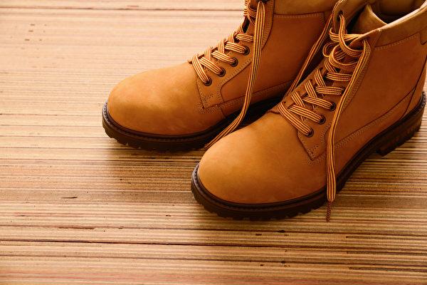 选鞋一定要亲眼观察、亲手触摸、实际试穿,然后选出最适合自己的鞋子。(Shutterstock)