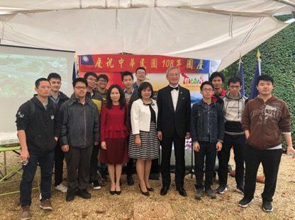 吳志中大使伉儷(右5、6)、教育組陸美珍組長(左6)與臺灣歷屆高等預備班獎學金生合影。(駐法國臺北代表處提供)