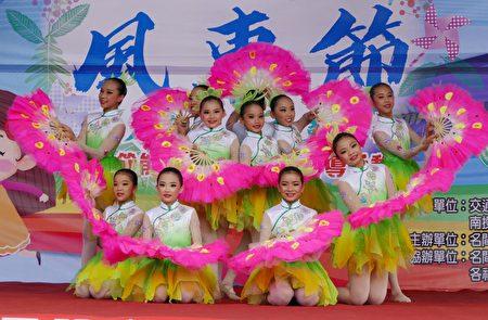 """南投民族舞团表演节目""""花团锦簇""""。"""