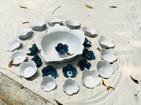 「奉茶惜福」白沙上的花型茶杯。