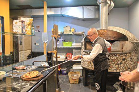 縣長徐耀昌體驗義式披薩的製作過程。