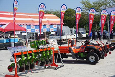 记者会现场展示的各式新赢农机设备