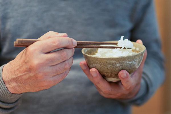 咀嚼功能越好的长者,脑部退化越慢。(Shutterstock)