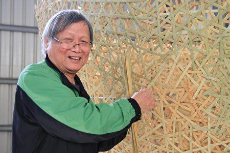竹编大师张宪平用竹材编制大竹碗。