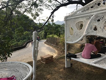 安聖惠在大窩伯公廟緊鄰的伯公樹下,以棉麻繩創作「編織記憶」。