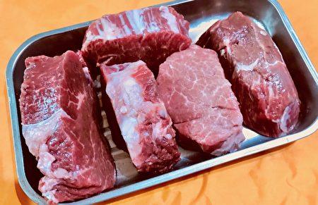 菲力外表被油層包覆,去除外部油層,肉的脂肪少但肉質仍軟嫩、色澤紅潤、肉汁豐盛。