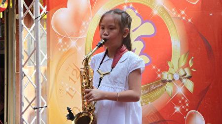 嘉北国小4年级钟采葶同学在里长许美雅的爱心帮忙下,由过动儿到如今会吹萨克斯风,并且参赛频获奖,钟采葶的努力与听话堪为楷模。