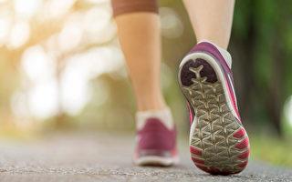 从鞋底磨损位置能看出走路姿势,以及身体健康讯息。(Shutterstock)