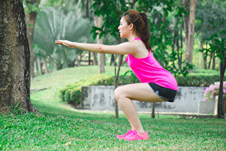 深蹲蹲得太深,会伤膝盖吗?膝盖是否应该超过脚尖?(Shutterstock)