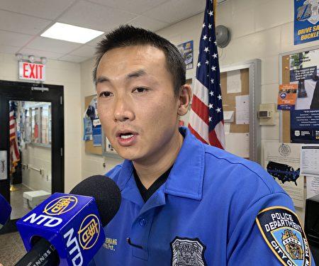 市警111分局预防犯罪小组华裔警员昂旺提醒华人做好防盗。