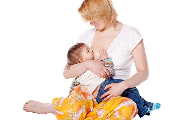 雖然寶寶已經四個月大,但母乳的各種成分,包括營養、天然抗體、活細胞等仍然存在,所以仍是寶寶的理想食糧。