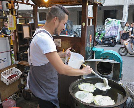 來自台中大雅的張俊德,在一中街鬧區賣了7年的傳統麵糊蛋餅。