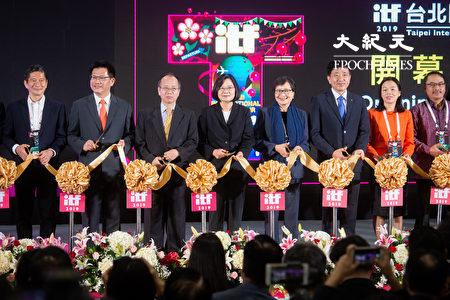 """总统蔡英文(左4)、行政院政务委员张景森(左3)、交通部长林佳龙(左2)、台湾观光协会会长叶菊兰(右4)等人8日出席""""2019ITF台北国际旅展""""开幕典礼。"""