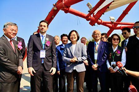 蔡總統欣喜與貴賓齊登龍鳳漁港景觀遠眺離岸風場風機群運作。