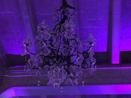 這件 十八世紀風格、價值488萬元的旋轉枝形吊燈寬4.2米,高7.6米,重3400公斤,懸掛在固蘭湖橋北端下方。