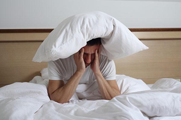 睡眠障碍和问题。 失眠的男人。