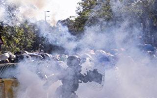 组图:中大学生死守校门阻港警 现场如战场
