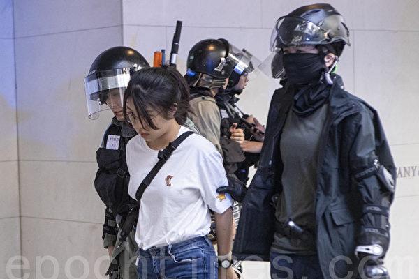 中环千人快闪 愤怒的外国人骂退港警