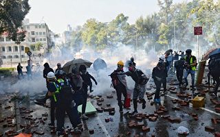 11月17日下午,香港理工大学现场,防暴警察出动两架水炮车、一架装甲车清场,同时发射催泪弹。(孙明国/大纪元)