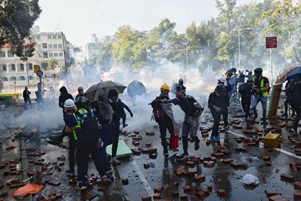 11月17日下午,香港理工大學現場,防暴警察出動兩架水炮車、一架裝甲車清場,同時發射催淚彈。(孫明國/大紀元)