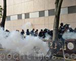 組圖:理大學生欲再衝出校園 遭警用催淚彈水炮車阻擊