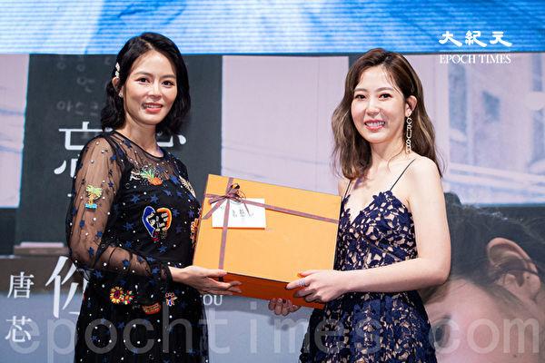 唐芯(右)发单曲刘香慈(左)站台