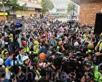 組圖:民主派當選人聲援理大留守者 警民對峙