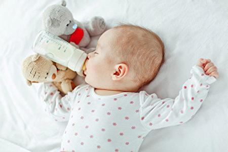 為了讓寶寶適應,可在上班前兩星期,請家人嚐試以奶瓶餵哺。