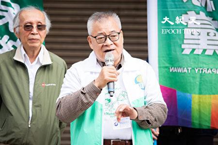 綠黨創黨人高成炎(前)27日表示,去年有台商以韓國瑜名義送酒,意圖幫當時正參選高雄市長的韓國瑜助選,讓他相信有中共資金透過台商系統在選舉過程暗助韓國瑜。