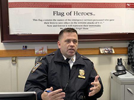 市警111分局局长John Hall提醒华人,不要因语言不通而不敢报警,警局和911都有中文翻译。