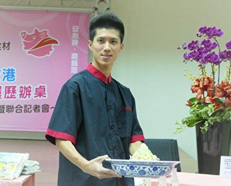 """五甲海产店年轻的陈主厨,制作创意料理""""蟹黄绣球金塔饭"""""""